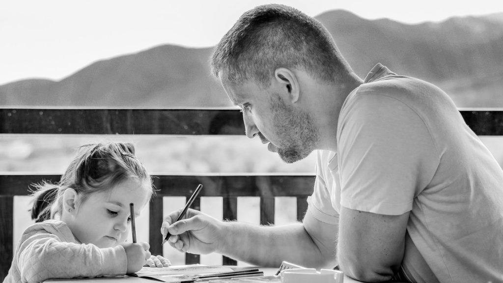 Apa és lánya rajzol